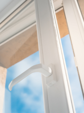 dobre okna pcv, pvc, abakus okna, nowoczesne okna plastikowe, okna salamander, okna rehau, ciepłe wnętrza,kominek w salonie